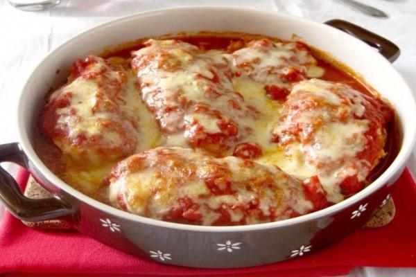 Θεϊκό κοτόπουλο στο φούρνο με σάλτσα ντομάτας και παρμεζάνα