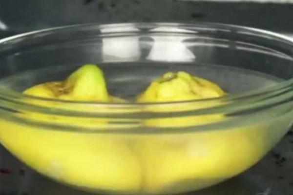 Ρίχνει σε ένα μπολ νερό και λεμόνι και τα βάζει στον φούρνο μικροκυμάτων. 3 λεπτά μετά; Θα εκπλαγείτε με το αποτέλεσμα (Video)