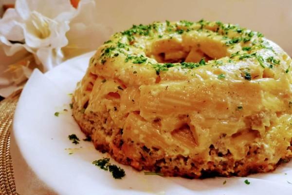 Μακαρόνια πένες ογκρατέν με κιμά και κουρκουμά στην φόρμα του κέικ