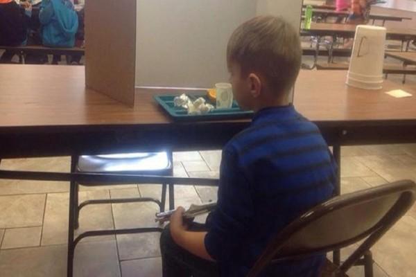 Δάσκαλοι ανάγκασαν 6χρονο μαθητή να φάει ένα χαρτόνι μπροστά τους για να τον τιμωρήσουν που αργεί να πάει στο μάθημα