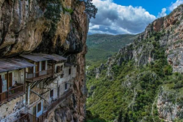 """Τα """"Μετέωρα"""" της Πελοποννήσου – Ιστορικό μοναστήρι της Αρκαδίας που κρέμεται στα βράχια!"""