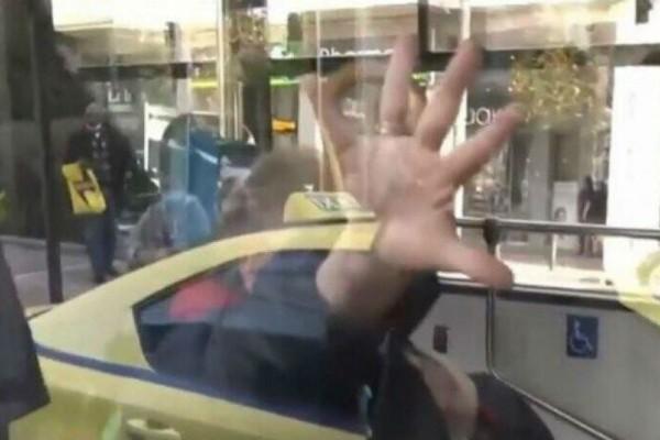 Έξαλλη ηλικιωμένη μούντζωσε την κάμερα γιατί την τράβηξε να μη φοράει μάσκα (Video)