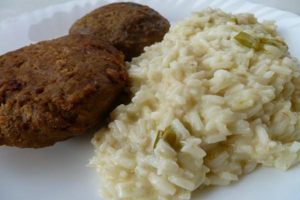 Ζουμερά μπιφτέκια κοτόπουλο και ρυζάκι με κάρυ