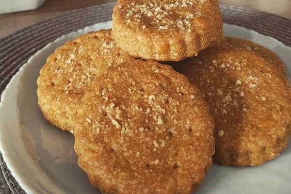 Αλμυρά μπισκότα με τσένταρ, παρμεζάνα και αλεύρι ολικής