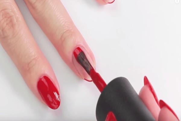 Δυσκολεύεστε να βάψετε τα νύχια σας στο καλό σας χέρι; Δείτε πως θα πετύχετε την τέλεια εφαρμογή με αυτό το απλό κόλπο!