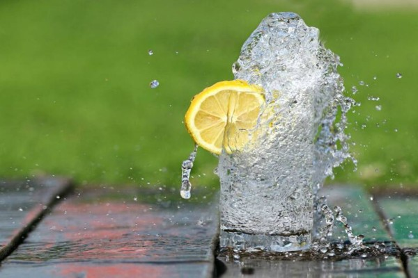 Μεγάλη Προσοχή: Μην βάλετε ποτέ ξανά λεμόνι στο ποτό σας - Κινδυνεύετε από...