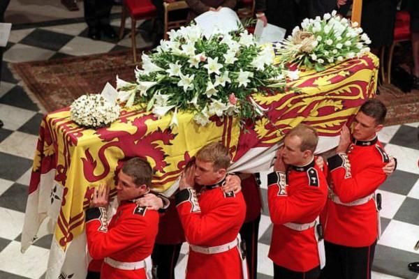 Πριγκίπισσα Νταϊάνα - ανατριχιαστική αποκάλυψη: Τι έβαλαν μαζί της στο φέρετρο πριν τη θάψουν;