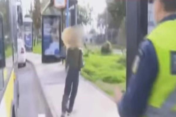Αστυνομικοί κυνηγούν γυναίκα για το SMS κι εκείνη τρέχει να γλιτώσει το πρόστιμο