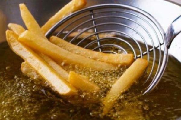 Τηγάνισμα: Μυρίζει το σπίτι τηγανίλα; Με αυτά τα κόλπα θα την εξαφανίσεις!