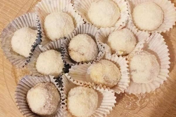 Εύκολα τρουφάκια καρύδας γεμιστά με πραλίνα - Θα σας τρέχουν τα σάλια