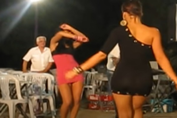«Κολασμένο» τσιφτετέλι μελαχρινών καλλονών που έβαλε «φωτιές» - Το βίντεο με τις 1.310.359 προβολές