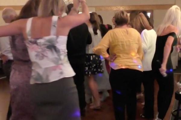 Σκέτη τρέλα: Σηκώθηκαν όλοι μαζί στο γλέντι να χορέψουν το πιο απίθανο τσιφτετέλι