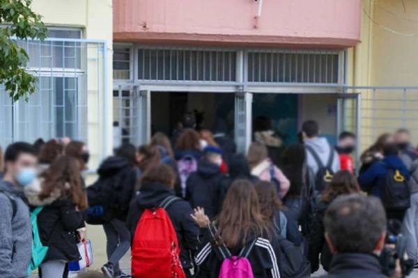 Άνοιξαν Γυμνάσια και Λύκεια: Φωτογραφίες από την επιστροφή στα θρανία