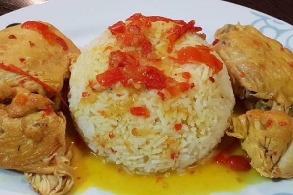 Λεμονάτο κοτόπουλο κατσαρόλας με πιπεριές Φλωρίνης και ρύζι μπασμάτι