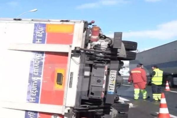 Ανατροπή φορτηγού στην Εθνική Οδό Αθηνών-Λαμίας (Video)