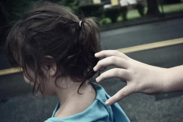 Συναγερμός στο Λουτράκι: Μητέρα κατήγγειλε ότι επιχείρησαν να τις αρπάξουν τα παιδιά