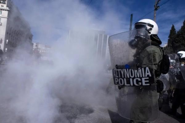 Συναγερμός στο Σύνταγμα: Επεισόδια με χημικά μεταξύ αρνητών των μέτρων και της Αστυνομίας