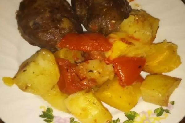 Μπιφτέκια με πατάτες φούρνου λεμονάτες