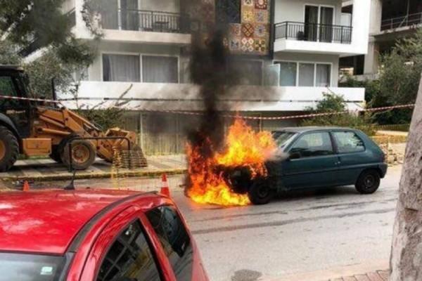 Συγκλονιστικές σκηνές στη Γλυφάδα: Αστυνομικός σώζει από φλεγόμενο όχημα γυναίκα και παιδί (Video)