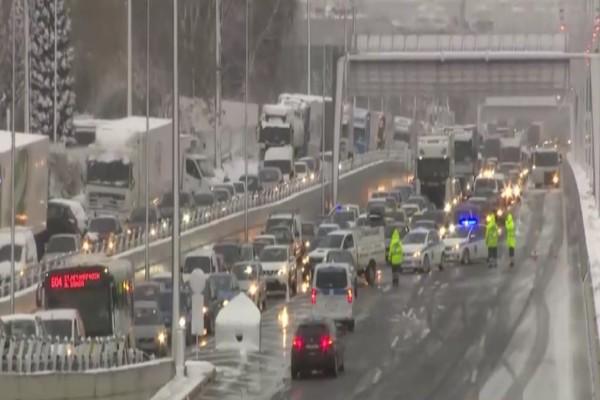 Κακοκαιρία «Μήδεια»: Ετοιμότητα, όχι αστεία! Η Εθνική Οδός έκλεισε με τρεις πόντους χιόνι...
