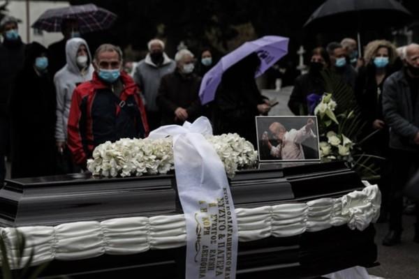 Αντώνης Καλογιάννης: Θλίψη στην κηδεία του μεγάλου τραγουδιστή