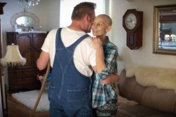 Θα δακρύσετε: Δείτε τι έκανε αυτός ο άντρας προς τιμήν της γυναίκας του που έχασε την μάχη με τον καρκίνο