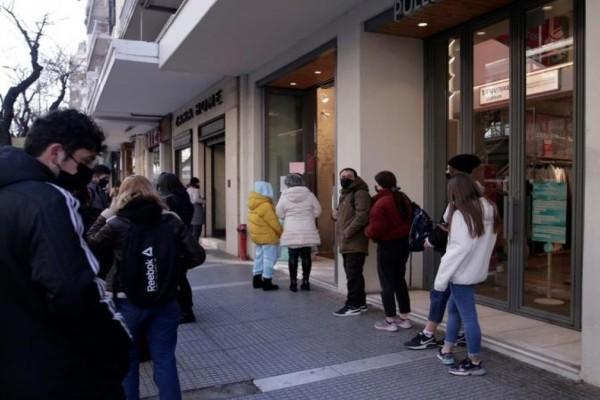 300 ευρώ πρόστιμο σε όσους κάθονται «στα όρθια» έξω από καφέ και εστιατόρια