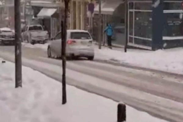 Κοζάνη: Άνδρας κάνει σκι σε κεντρική οδό της πόλης (video)