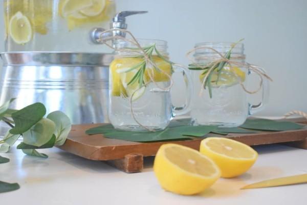 Νερό με λεμόνι το πρωί: 7 οφέλη για την υγεία