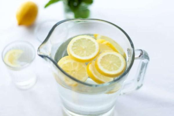 Πίνεις νερό με λεμόνι χωρίς αποτέλεσμα; Το συστατικό που κάνει αποτοξίνωση