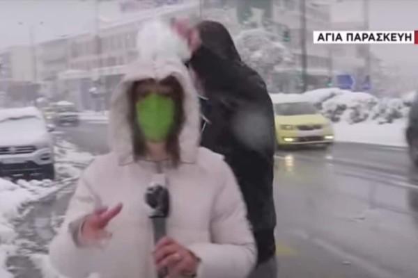 Κλάμα: Νεαροί μύστες πετούν χιονόμπαλες στη ρεπόρτερ του ΣΚΑΪ