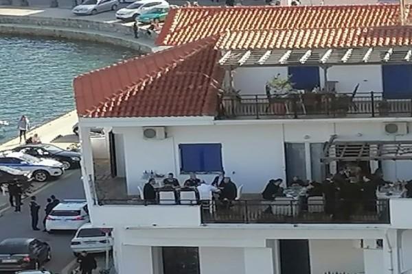 Κορωνο-γεύμα Μητσοτάκη στην Ικαρία; Συνωστισμό στο τραπέζι του πρωθυπουργού καταγγέλλει κάτοικος (photo)