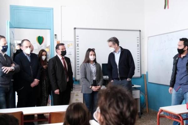 Αδιανόητη κίνηση στην Ικαρία: Έφεραν τα παιδιά… σηκωτά στο σχολείο για να χαιρετήσουν τον Μητσοτάκη