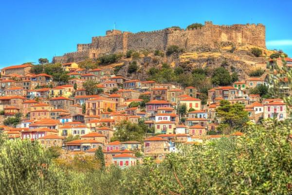 Μόλυβος: Γνωρίστε ένα από τα πιο όμορφα χωριά της Ελλάδας με παραδοσιακά πετρόχτιστα σπίτια