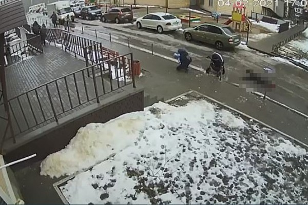 Σοκ στη Ρωσία: Βρέφος έχασε τη ζωή του όταν άντρας έπεσε στο καρότσι του από τον 17ο όροφο - Προσοχή σκληρές εικόνες (Video)