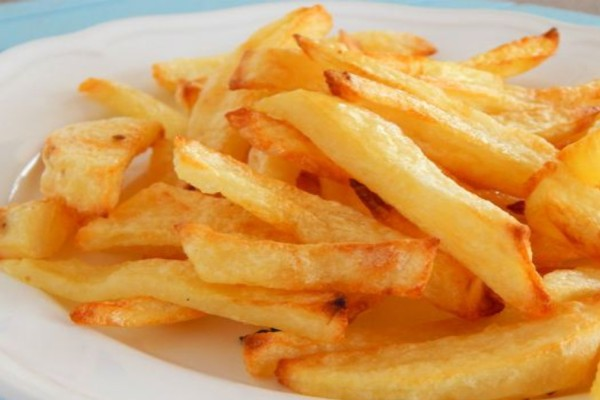 Θέλεις να πάρεις τη νοστιμιά που έχουν οι τηγανιτές πατάτες χωρίς να φορτωθείς τις θερμίδες; Δες τη συνταγή