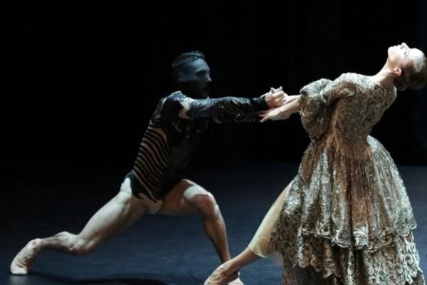 «Η Πεντάμορφη και το Τέρας»: Μια φαντασμαγορική παράσταση μπαλέτου online από το Christmas Theater