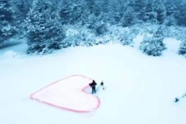 «Παραμυθένια» πρόταση γάμου στο χιονισμένο Σέλι (video)
