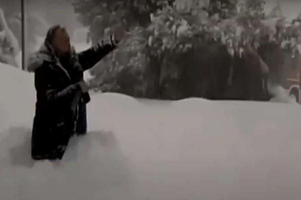 Ρεπόρτερ του ΑΝΤ1 έπεσε στα... γόνατα για να δείξει το ύψος του χιονιού! (Video)