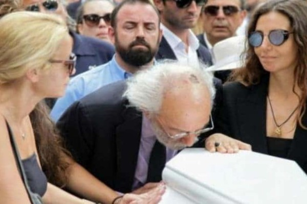 Ζωή Λάσκαρη: Συγκλονίζει αυτό που φώναζαν στην κηδεία!