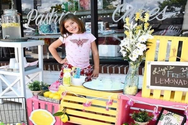 Συγκλονίζει 7χρονη! Πουλάει λεμονάδες για να κάνει επέμβαση εγκεφάλου (Video)