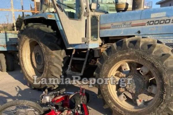 Σοβαρό τροχαίο στη Λαμία: Μηχανάκι συγκρούστηκε με τρακτέρ