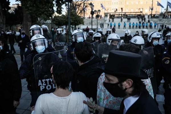 Νέο περιστατικό αστυνομικής βίας: Χτύπησαν με την ασπίδα καλλιτέχνη στη διάρκεια διαμαρτυρίας