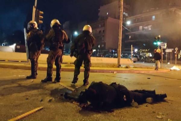 Χάος στην Νέα Σμύρνη: Τραυματίας αστυνομικός στο έδαφος - Αισχρές απειλές σε δημοσιογράφους