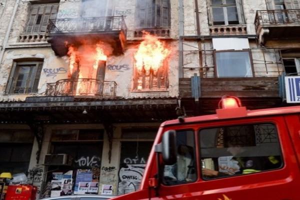 Φωτιά σε κτίριο στο κέντρο της Αθήνας