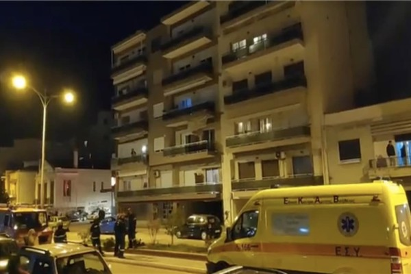 Πάτρα: Γυναίκα απειλούσε ότι θα πέσει από το μπαλκόνι της - Πετούσε πράγματα από το σπίτι της