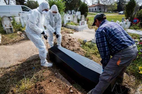 Σάλος στη Δράμα: Πάνω από 2.000 άτομα πήγαν σε κηδεία ιερέα εν μέσω πανδημίας!