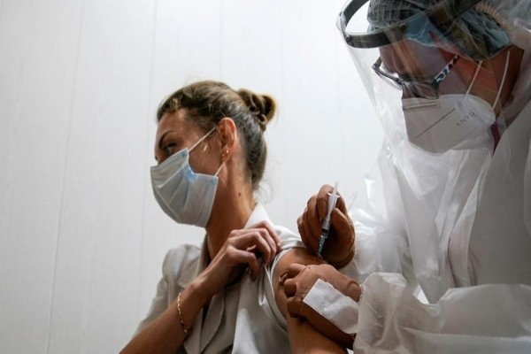 Κορωνοϊός: Οι γυναίκες εμφανίζουν συχνότερα ανεπιθύμητες ενέργειες μετά τον εμβολιασμό