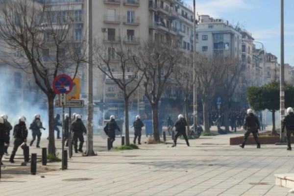 Συναγερμός στη Θεσσαλονίκη: Επεισόδια σε πορεία φοιτητών - Γίνεται ρίψη χημικών και μολότοφ