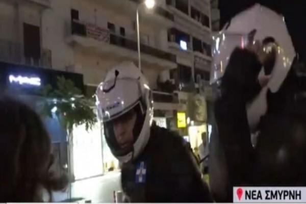 Επεισόδια Νέα Σμύρνη: Αστυνομικός χαστούκισε κοπέλα χωρίς να έχει κάνει τίποτα! (Video)